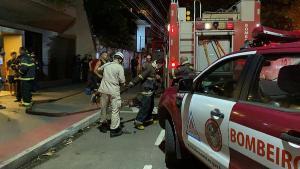 Imagens mostram as chamas e densa fumaça na lateral de um edifício. Criança de 4 anos morreu após ser resgatada