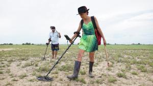 Com um detector de metais, Dilzerly busca relíquias que contam história do município