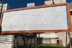 Peça publicitária associando a imagem do presidente Jair Bolsonaro e o medicamento, com a afirmação de que 'salva vidas', desrespeita a legislação