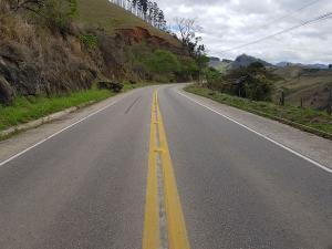 Vítima foi fechada na rodovia e sequestrada por três homens encapuzados e armados. Carga que ele transportava foi roubada