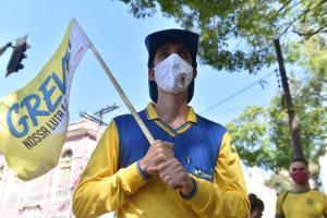 O trânsito na região não foi prejudicado pela manifestação, uma vez que o grupo se mantém na praça e não bloqueou avenidas do Centro da cidade