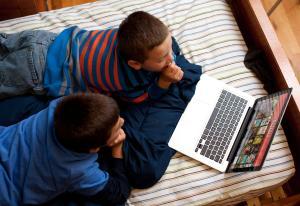 Barna flykter fra tv-skjermen og strømmer dobbelt så mye som voksne | Kampanje