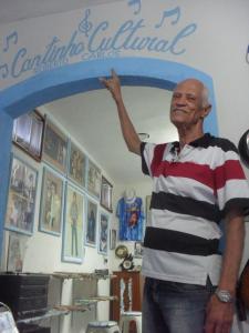 Banguê transformou parte de sua casa em centro cultural dedicado ao cantor Roberto Carlos. A Secretaria de Cultura e Turismo destacou a contribuição do músico ao município