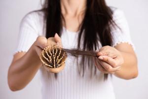 Especialista explica quais são os vilões dos cabelos bonitos e saudáveis nesta época do ano e dá dicas de como prevenir o problema