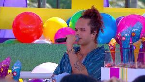 Namorado de Luísa Sonza acabou sendo criticado ao tentar sensualizar exibindo o shape na web e internautas reviveram polêmica com Whindersson Nunes