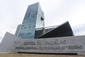 Construir uma obra de tal magnitude num dos metros quadrados mais caros da cidade é apenas a prova do luxo e dos privilégios que marcam o mau uso do dinheiro do pagador de impostos Brasil