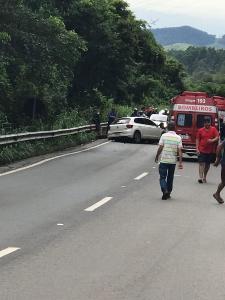 A colisão ocorreu na manhã deste domingo (12) entre um Polo e um caminhão, no quilômetro 33 da rodovia federal. Bombeiros, Samu e a Polícia Rodoviária Federal (PRF) estão no local. Pista está parcialmente interditada