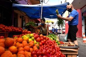 O local, que reúne lojas de artesanato, bancas de frutas, verduras e legumes e artigos de umbanda, se adaptou às regras de proteção contra a Covid-19
