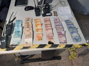 Os alvos foram o Morro do Jaburu e São Benedito; a Polícia Militar apreendeu dinheiro, armas, drogas, rádios comunicadores e celulares