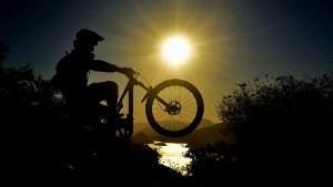 Com obstáculos naturais e muita inclinação, o esporte tem trilhas que são desafiadoras e colocam o ciclista diante do perigo a todo o tempo