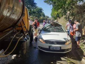 A colisão aconteceu na ES 490 entre um carro de passeio e um caminhão pipa. Foi na localidade de Graúna, em Itapemirim
