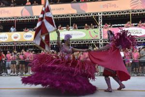 No final do desfile, quando o cronômetro já estava zerado, foliões invadiram a pista cantando a São Torquato, última escola a passar pela avenida