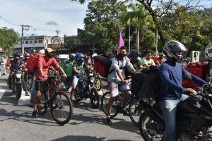 Composta por ciclistas e motociclistas, categoria faz manifestação nas ruas da Capital e pede melhores condições de trabalho e aumento da remuneração por parte das empresas