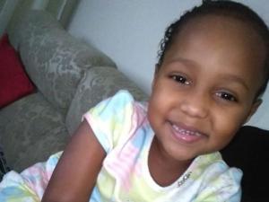 Ana Júlia Fonseca, de 5 anos, segue intubada e sedada na UTI do Hospital Infantil de Vitória após passar por uma cirurgia no fêmur, segundo o pai Denilson Fernandes Siqueira, de 21 anos
