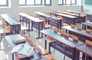 Constituição estipula que 25% da receita devem ser gastos com educação. Com escolas fechadas, gestores alegam não ter onde aplicar o dinheiro carimbado para a área