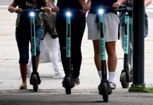 Tror sparkesykkel-selskapene må øke reklametrykket for å overleve