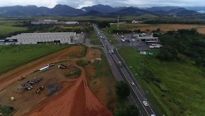 Segundo informações da PRF, o motorista da carreta tentava atravessar a rodovia quando acabou colidindo com o carro; trânsito foi interditado no sentido Viana
