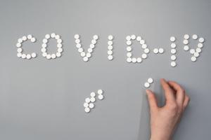 Nas últimas semanas, postagens em redes sociais vêm sugerindo que o uso de ivermectina tem curado pessoas com coronavírus, no entanto, os conteúdos são enganosos