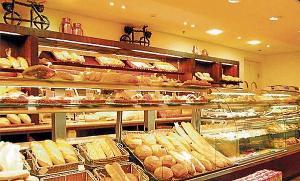 Segundo o governo, aos fins de semana só podem funcionar atividades essenciais como farmácias, supermercados, padarias e outros comércios