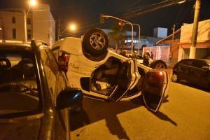 A condutora do veículo que capotou foi levada pelo Samu até o hospital Santa Mônica. O estado de saúde dela não foi informado