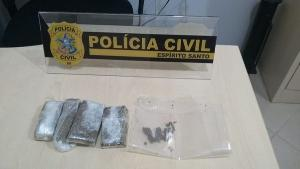 Segundo a Polícia Civil, dois suspeitos usavam o estabelecimento como fachada para o comércio de entorpecentes; além disso, eles faziam o sistema de delivery para levar as drogas