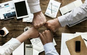 Modalidade stock option, que tem se tornado mais popular, consiste em criar uma condição vantajosa para que o colaborador adquira ações de sua empregadora, tornando-o acionista, paralelamente ao vínculo de emprego.