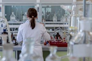 Estudo realizado com amostras pós morte, autorizadas pelos familiares de pacientes mortos em decorrência da Covid-19, mostrou que células apresentavam lesões
