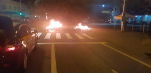 Os manifestantes atearam fogo em pneus no quilômetro 2,3 da BR 262, em frente a um supermercado