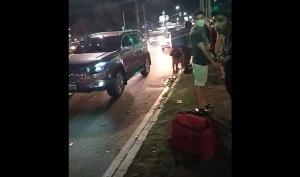 Motorista foi levado à delegacia e liberado. Ele disse que não conseguiu frear no sinal vermelho e bateu na traseira do entregador, que estava parado. Caso será investigado