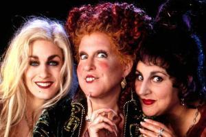 Bette Midler publicou uma foto em seu Instagram na qual aparece junto com Sarah Jessica Parker e Kathy Najimy, todas vestidas como bruxas