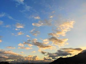 A chuva deve aparecer em alguns momentos neste sábado (25) na região Norte, e nas Três Santas e Grande Vitória na noite do domingo (26). Fora desse período, haverá predomínio de sol em todo o Estado