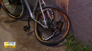 A vítima é Cosme Balbino Oliveira, que estava de bicicleta no momento em que foi atingido por carro. O motorista que dirigia o veículo foi preso horas depois