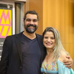 """Daniel Morelo e Simone Marçal desenvolvem projetos culturais juntos há 3 anos. Juntos comandam o Formemus, que este ano será totalmente on-line. ' O evento entrou para a lista das principais feiras de música do mundo"""", conta Simone"""