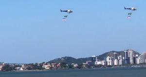 Alternativa aos tradicionais desfiles de 7 de setembro, aeronaves circularam na orla de Camburi e na de Vila Velha com bandeiras penduradas neste Dia da Independência