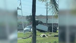 O motorista foi socorrido com ferimentos leves e encaminhado a um hospital