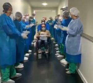 Profissionais de saúde do Hospital Evangélico Litoral Sul, em Itapemirim , se despediram do paciente cantando a música 'Por que ele vive'