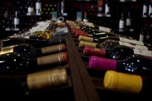 """Quando o assunto é vinho, o famoso """"quem guarda, tem"""" está mais para """"a hora é agora"""": aproveite o fim de semana para brindar com sugestões a partir de R$ 39,90"""