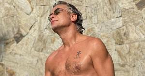 Ator, que recentemente chamou a atenção por posar sem camisa e exibir a boa forma ao lado do filho, estaria em relacionamento sério há mais de um mês, segundo o Extra