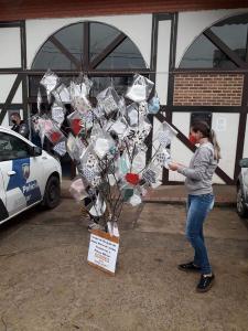 Um grupo de moradores se uniu para chamar a atenção e distribuir máscaras para a população que passa pelo Centro da cidade