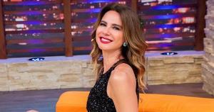 Apresentadora mostra bastidores de seus programas na Rede TV nos stories do Instagram e sempre fala da dificuldade de fechar o zíper de vestidos