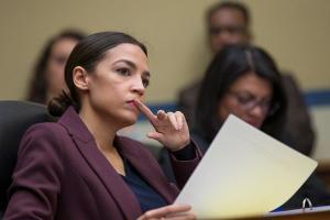 Nos EUA, deputada democrata Alexandria Ocasio-Cortez recebeu xingamentos do também deputado, porém republicano, Ted Yoho