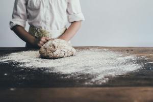 Meus pães não têm fermento, não têm trigo, nem nozes, azeitonas, passas, nada disso. E essas delícias que reservo para você, além de saborosas, são pra toda a vida