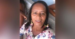 A aposentada Tânia Maria conseguiu jogar a neta, que estava em seu colo, em direção a outro neto, antes de ser atingida pelo veículo, quando estava sentada na calçada