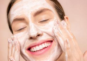 Novo tratamento de beleza contempla quem tem pouco tempo para a rotina de skincare. Mas será que reduzir a quantidade de produtos para a pele funciona?
