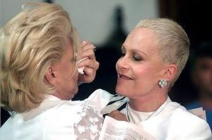 Apresentadora da Globo relembrou clique ao lado de uma das grandes damas da TV brasileira e fãs se encantaram com a foto