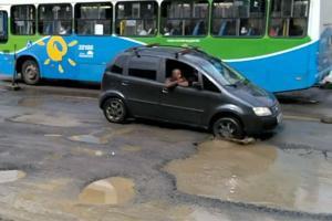 Com a pista reduzida por conta da obra, o motorista ainda precisa de cautela para passar pelo outro lado, onde o asfalto não foi terminado. Os carros precisam se espremer para conseguir passar no trecho esburacado