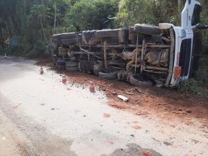 Não houve vazamento do óleo diesel e o motorista não ficou ferido, de acordo com o Corpo de Bombeiros