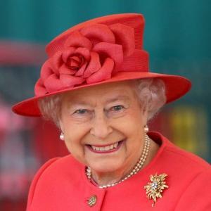 Garrafa da lembrança, vendida como souvenir pela internet, custa em torno de R$ 270; insumos do gim são cultivados nos jardins da rainha Elizabeth II
