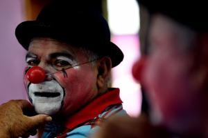 Ensaio fotográfico retrata como é a vida de um palhaço de circo durante a pandemia de covid-19