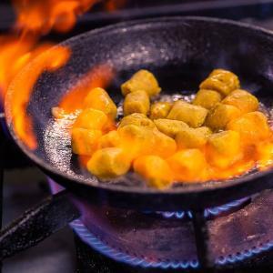 Você vai precisar apenas de banana madura, amido de milho e azeite ou manteiga para grelhar na frigideira, mas fique atento ao preparo e às proporções